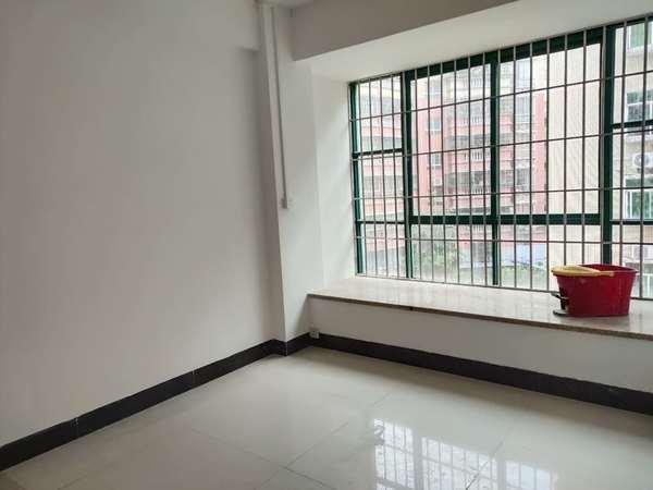 盈峰尚苑对面 低楼层 楼龄新 新装修未入住 还送入户阳台 56万