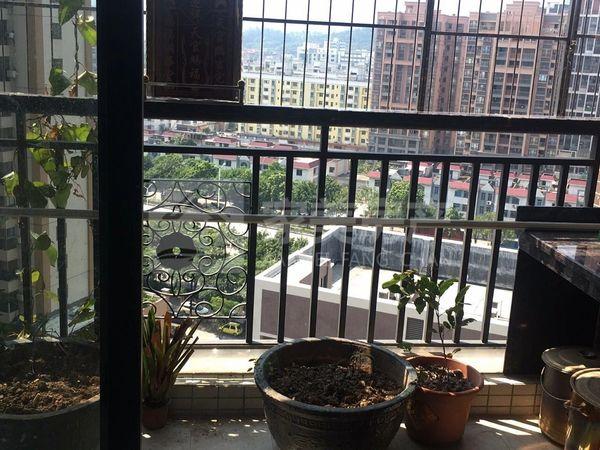 大润发沃尔玛商圈,城区中心大型小区鹿湖尚岛中间楼层精装三房仅售69万单价仅7字头