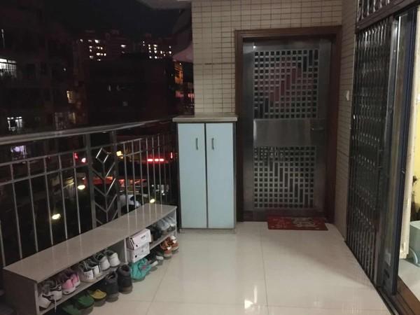 兴华市场附近 条形砖外墙小区管理中楼层三房带精装 送个摩托车位 可小刀